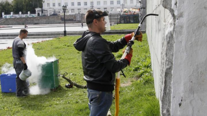 На Плотинке испытали ледяной «бластер», уничтожающий граффити на стенах