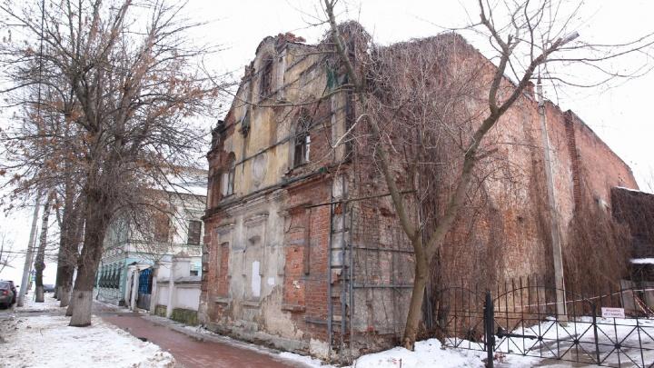 «Полиция выезжает каждый день»: в Ярославле бизнесмен купил усадьбу-памятник и начал разбирать её