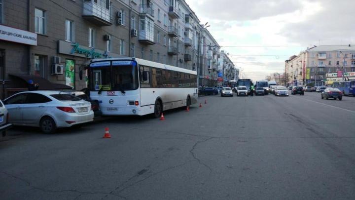 «Саша, останавливайся». Появилось видео столкновения автобуса с шестью автомобилями на Маркса