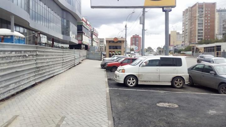 Вместо широкого тротуара на «Золотой Ниве» сделали парковочные карманы