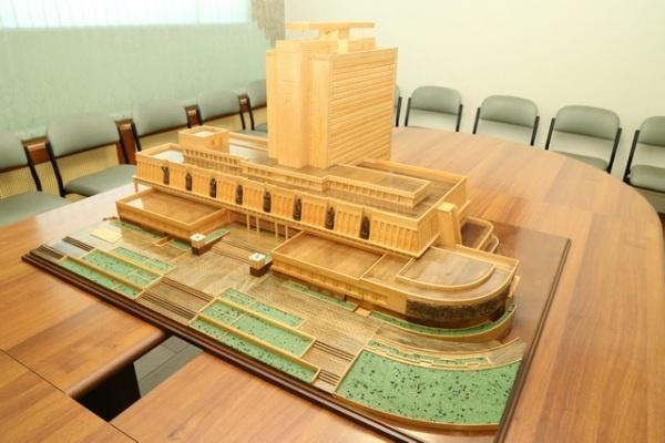 Омич сделал точный макет библиотеки имени Пушкина из дерева
