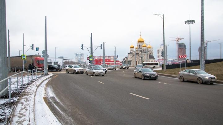 «Нас толкают на нарушения!»:в Самаре водители пожаловались на узкие съезды с Московского шоссе