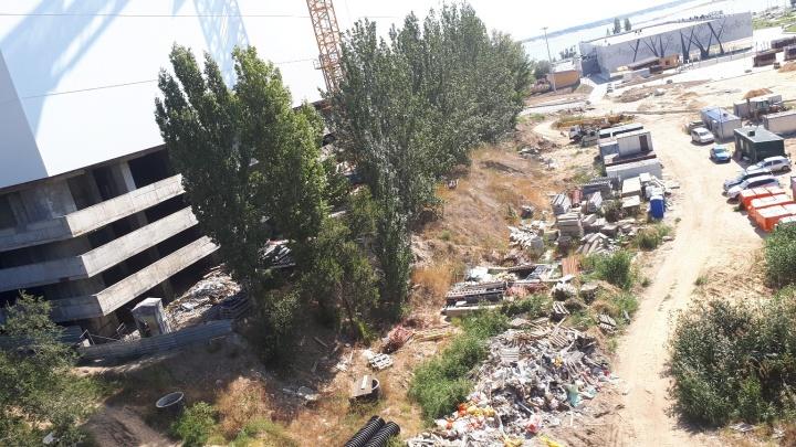 «Регоператор не хочет подключиться?»: в недостроенном парке поймы Царицы выросла строительная свалка