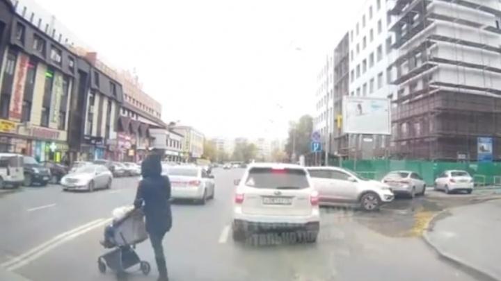 Откровение таксиста, первый гололёд и нарушительница с коляской на Герцена: дорожные видео недели