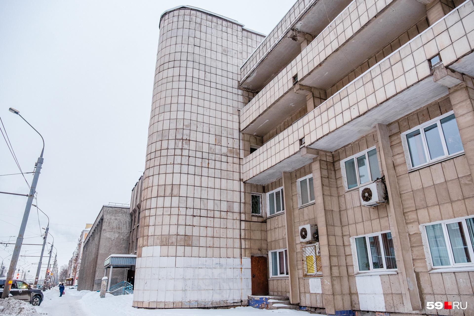 Эта больничная постройка позднего времени также имитирует геометризм советской архитектуры