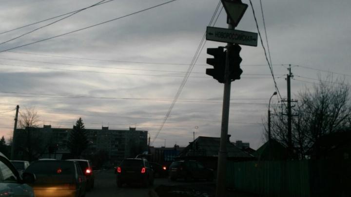В одном из районов Уфы движение парализовал сломанный светофор