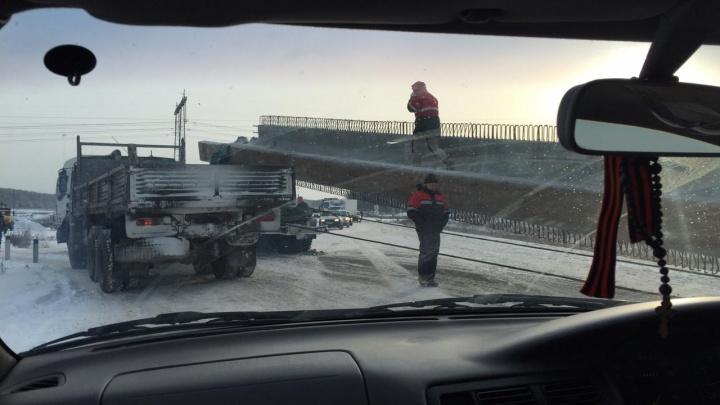 Перекрытия дорог, аварии и гололед: вся информация о метели, пришедшей в Екатеринбург