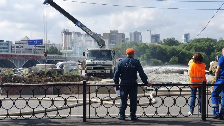 Пожарные рассказали, почему не могли потушить манипулятор у Макаровского моста