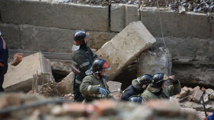 СК: рабочих накрыла стена здания, рядом с которым они выкопали траншею