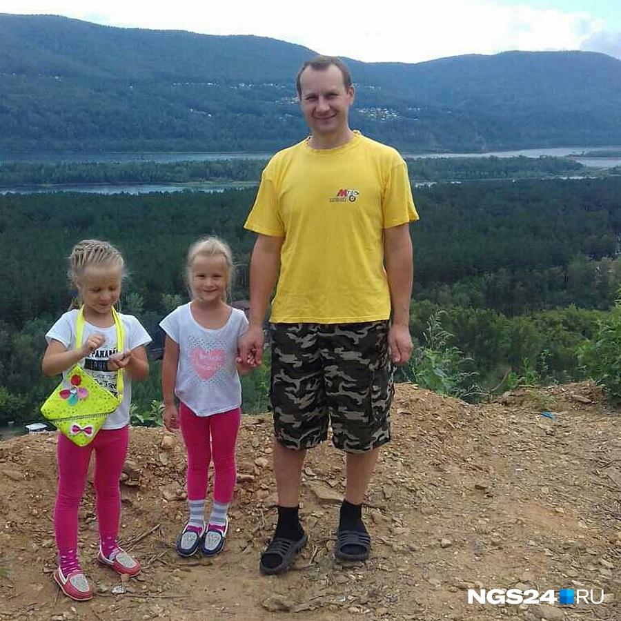 Инспектор ДПС Владимир с младшими дочерьми