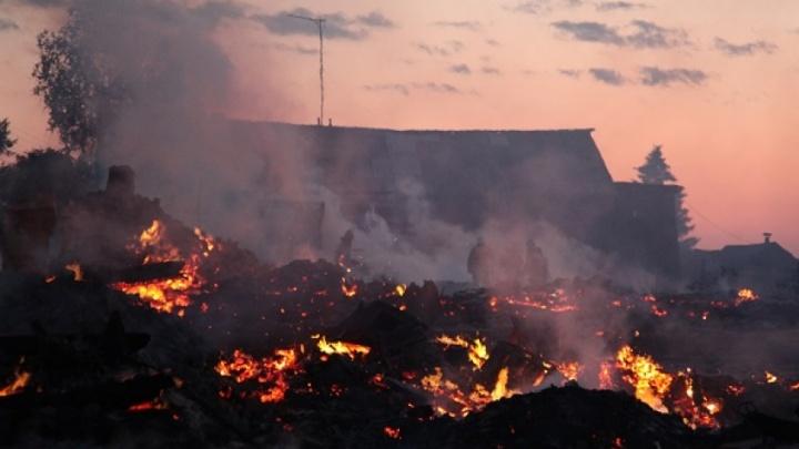 «Страшная картина»: в Холмогорском районе сгорели старинные дома, погиб человек