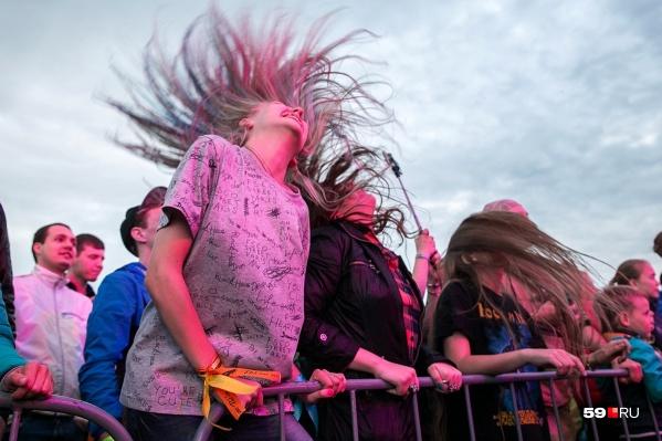 Самые яркие фестивали проходили на бывшем аэродроме на Бахаревке. Там собирались тысячи фанатов рок-музыки