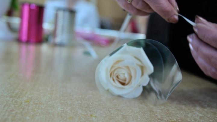 Цветы подарил маме: в Екатеринбурге поймали парня, который ограбил продавщицу цветочного киоска
