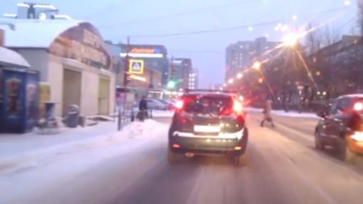 «Стадный инстинкт»: пять водителей встали, пропуская идущих на красный сигнал светофора людей