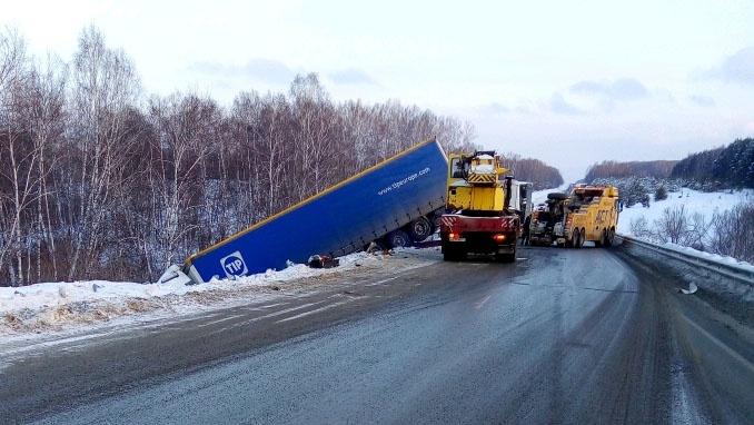Вылетевшая с трассы фура заблокировала движение по шоссе под Новосибирском