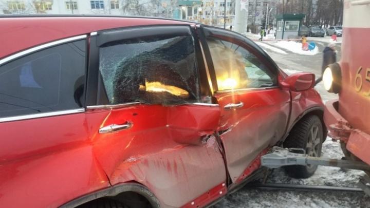 Дорожное видео недели: битва машин и трамваев, аварии на встречной полосе и маленький гаишник