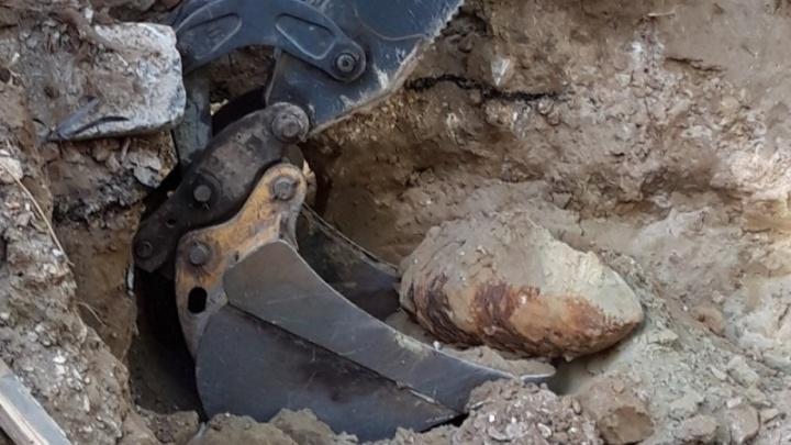 На улице Бурейской в Волгограде коммунальщики наткнулись на противотанковую мину
