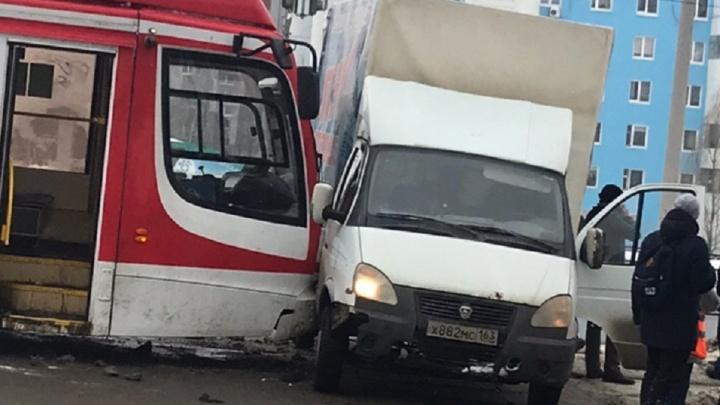 На Ново-Садовой — Губанова трамвай протаранил «Газель»