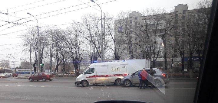 «Медики бросились к водителю»: SsangYong врезался в карету скорой помощи в Волгограде