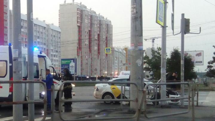 В утреннем ДТП на перекрестке в Челябинске пострадала пассажирка такси