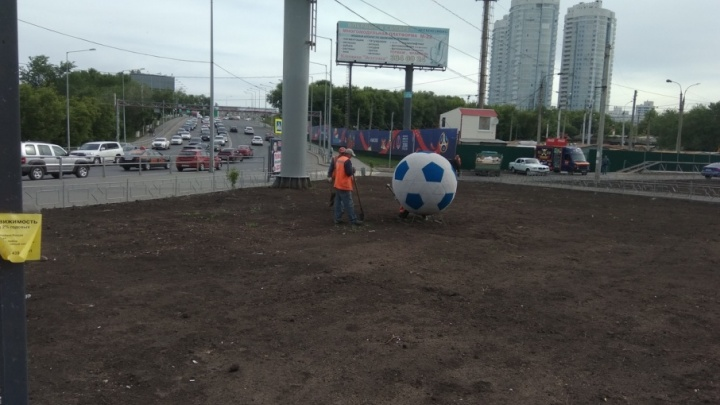 В ожидании газона: в Постниковом овраге установили футбольный мяч из травы