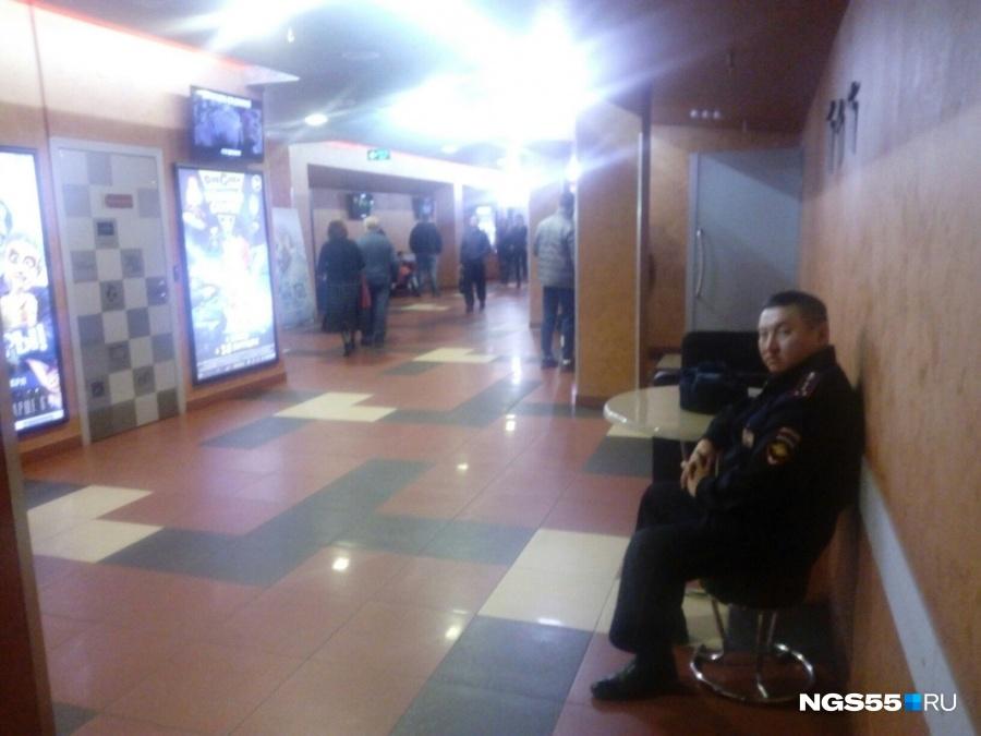 Под кинотеатром вСимферополе собрались противники скандальной «Матильды» сиконами