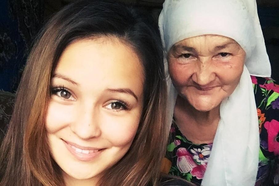 Вместе бабушка и внучка создают уморительные видео