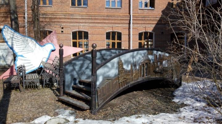 Помните, в Перми за миллион рублей сделали «Мост дружбы»? Мы нашли его во дворе арт-резиденции