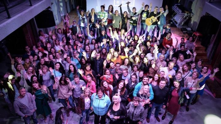 Видео: две сотни жителей Новосибирска хором спели песню Басты