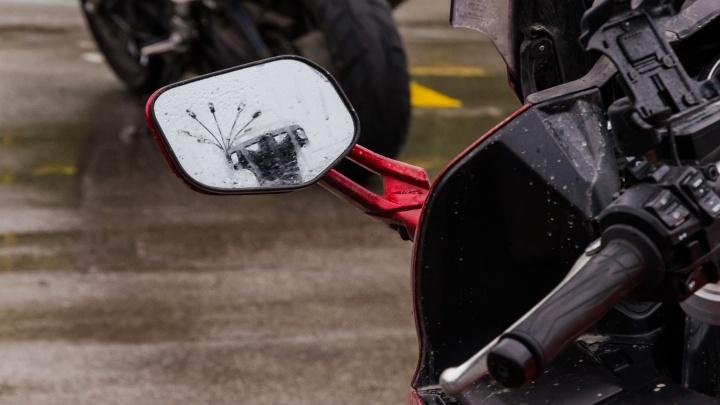 Мотоциклист насмерть сбил сибирячку и врезался в столб