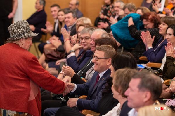 Помимо губернатора Алексея Текслера и его супруги Ирины, к которым претензий по дресс-коду нет, в зале было немало медийных лиц. Не хочется переходить на личности, но некоторые из них подошли к походу в театр спустя рукава<br>