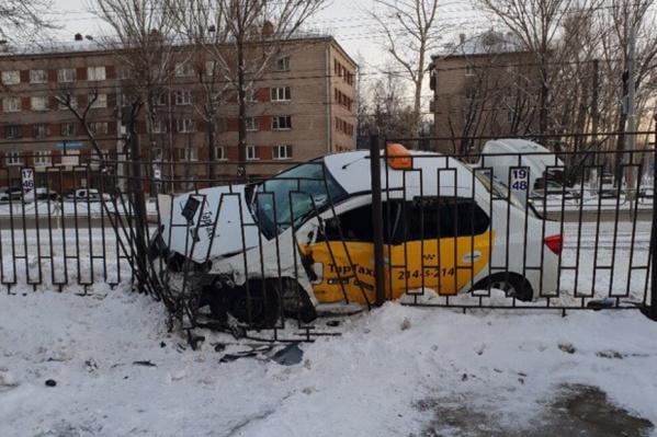 Автомобиль такси влетел в забор