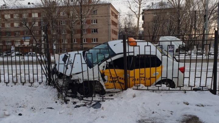 На бульваре Гагарина столкнулись такси и внедорожник: пострадали два человека