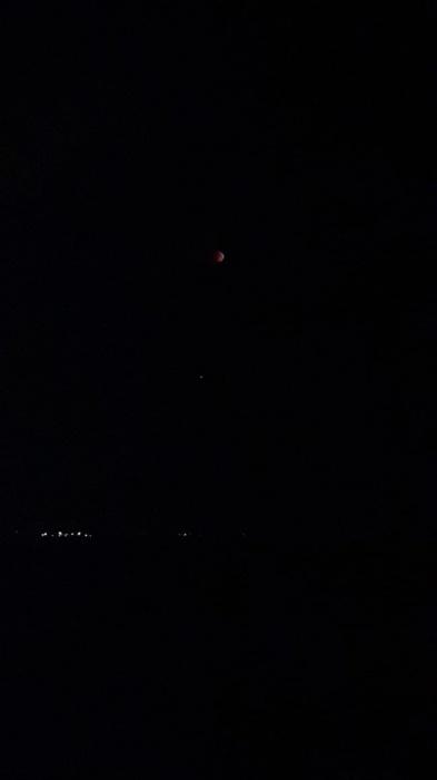Красная Луна выглядит немного пугающе