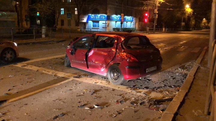 «Удар был смачный»: на проспекте Масленникова Peugeot столкнулся с Porsche Cayenne