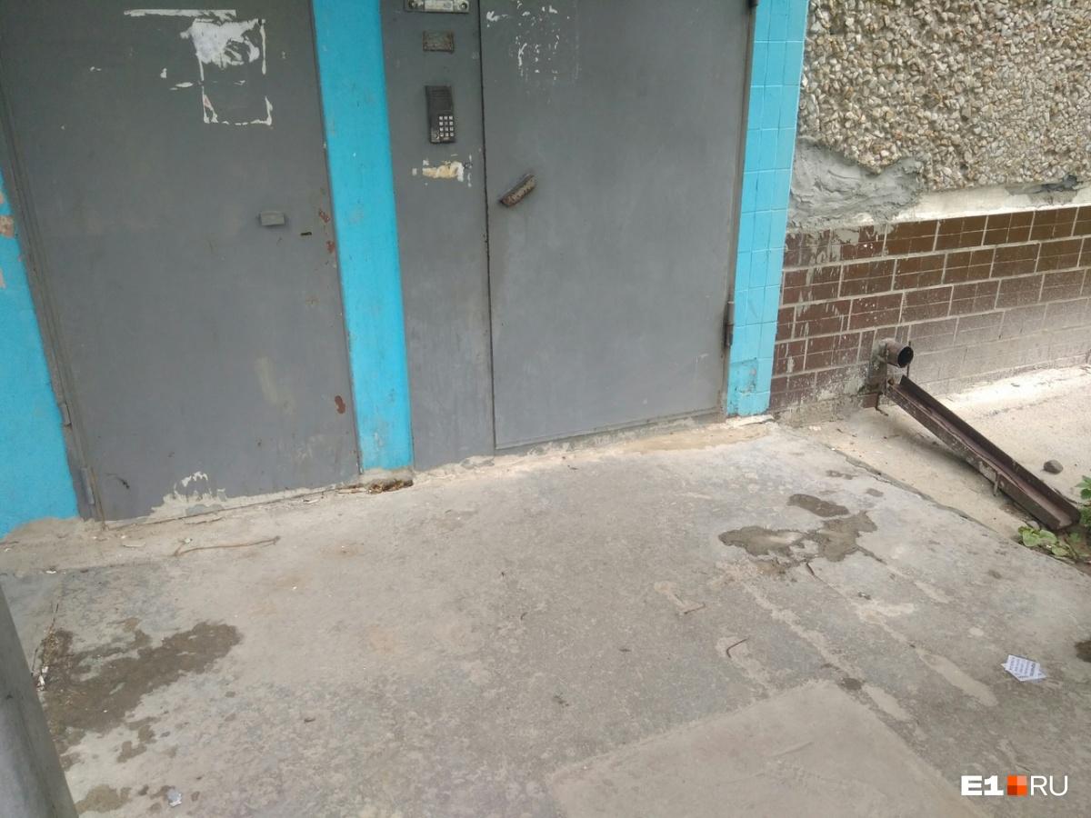 Второй раз собака напала на женщину возле ее подъезда. По словам жильцов, здесь было много крови, которую им пришлось отмывать