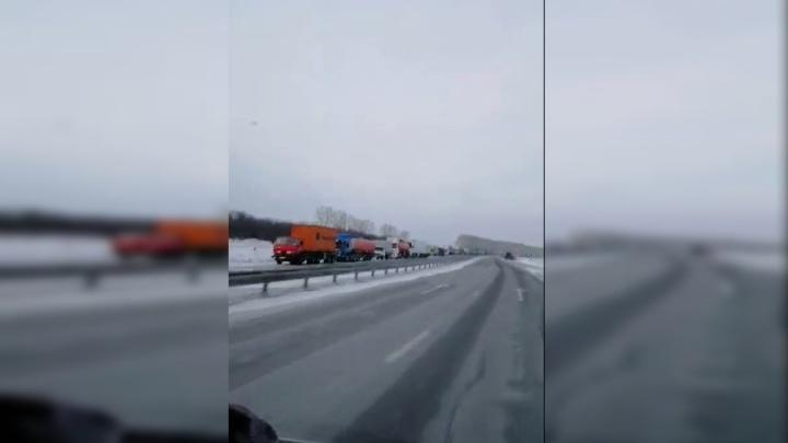 Сотня фур стоит на въезде в Красноярск