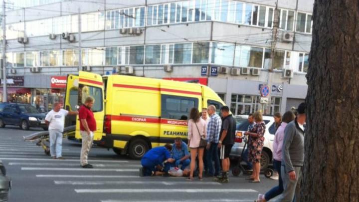 В центре Новосибирска автомобиль сбил девушку на пешеходном переходе