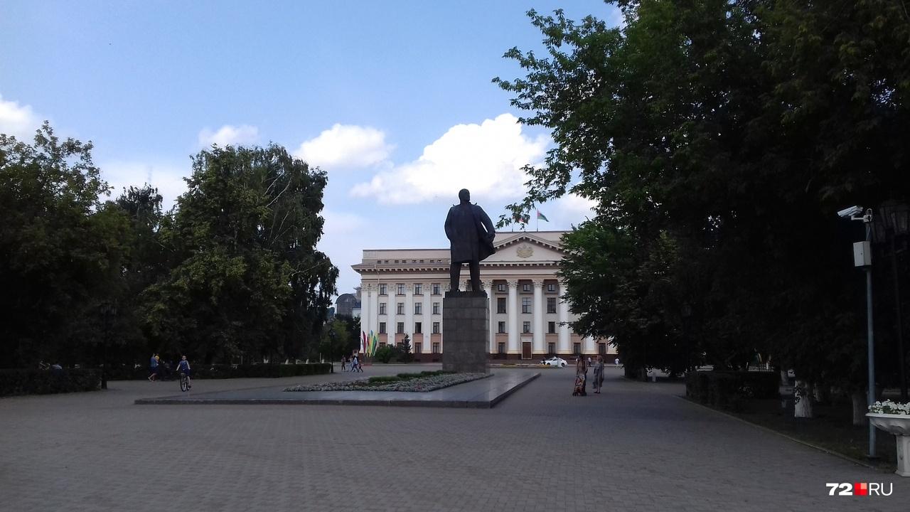 На площади у правительства совсем пусто. Составите компанию Ленину? А то он грустит.