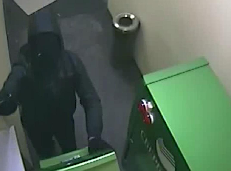 Мужчина ночью взломал банкомат, расположенный в круглосуточном отделении банка