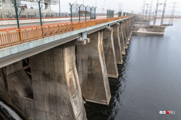 На Жигулевской ГЭС утверждают, что открывали и закрывали водосливную плотину (на фото) строго по распоряжению Росводресурсов