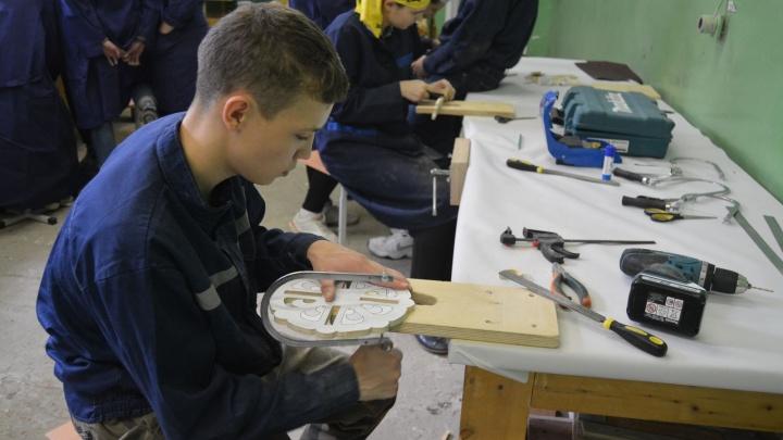 Строители-любители: школьники Архангельска попробовали себя в бумажном зодчестве и плотницком деле
