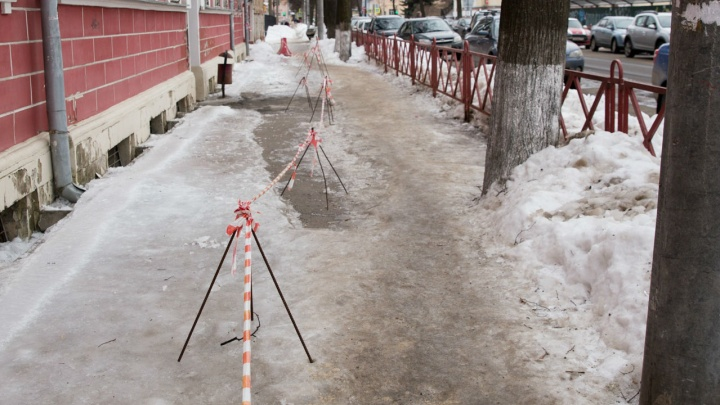 Жительница Ярославля отсудила у мэрии 80 тысяч рублей за сломанную на ледяном тротуаре руку