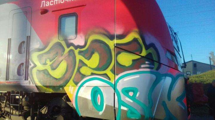 Граффитисты ночью разрисовали «Ласточку». Если это повторится, РЖД может отозвать её из Перми