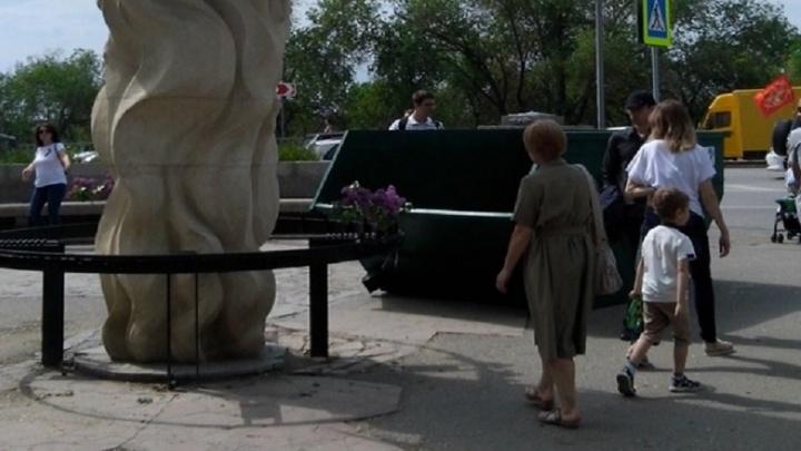 В Волгограде 9 Мая памятник жертвам сталинградской бомбардировки «украсил» мусорный бункер