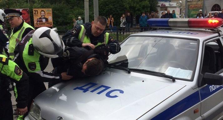 В Екатеринбурге за мотоциклистом-нарушителем полчаса гнались патрульные BMW