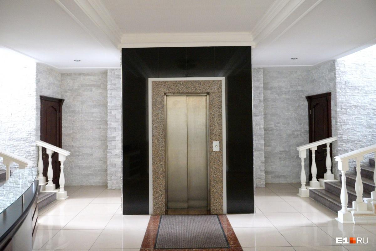 Увидеть внутри трехэтажного коттеджа лифт немного неожиданно