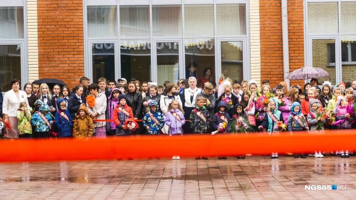 Целование креста и первоклашки под дождём: фоторепортаж с открытия новой школы в омском селе