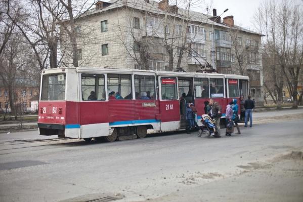 В обновленных трамваях появятся антивандальные сиденья и стальные поручни. А еще — новые обогреватели салона