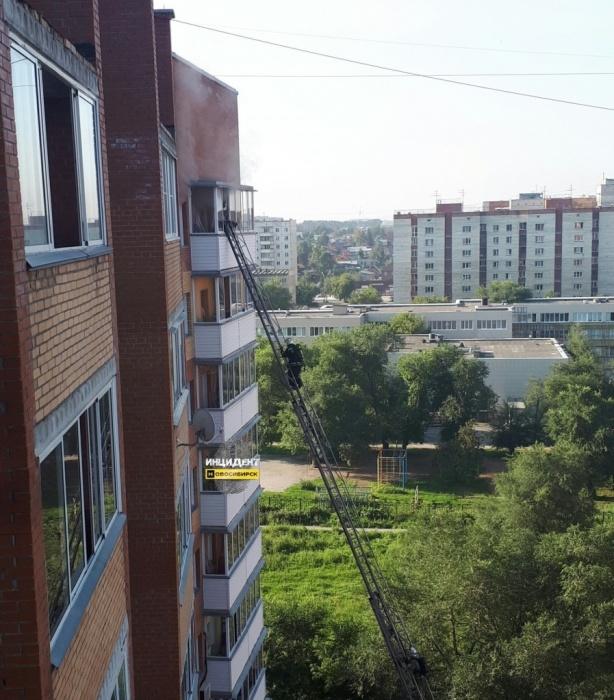 Пожарные добираются до горящей квартиры на 10-м этаже